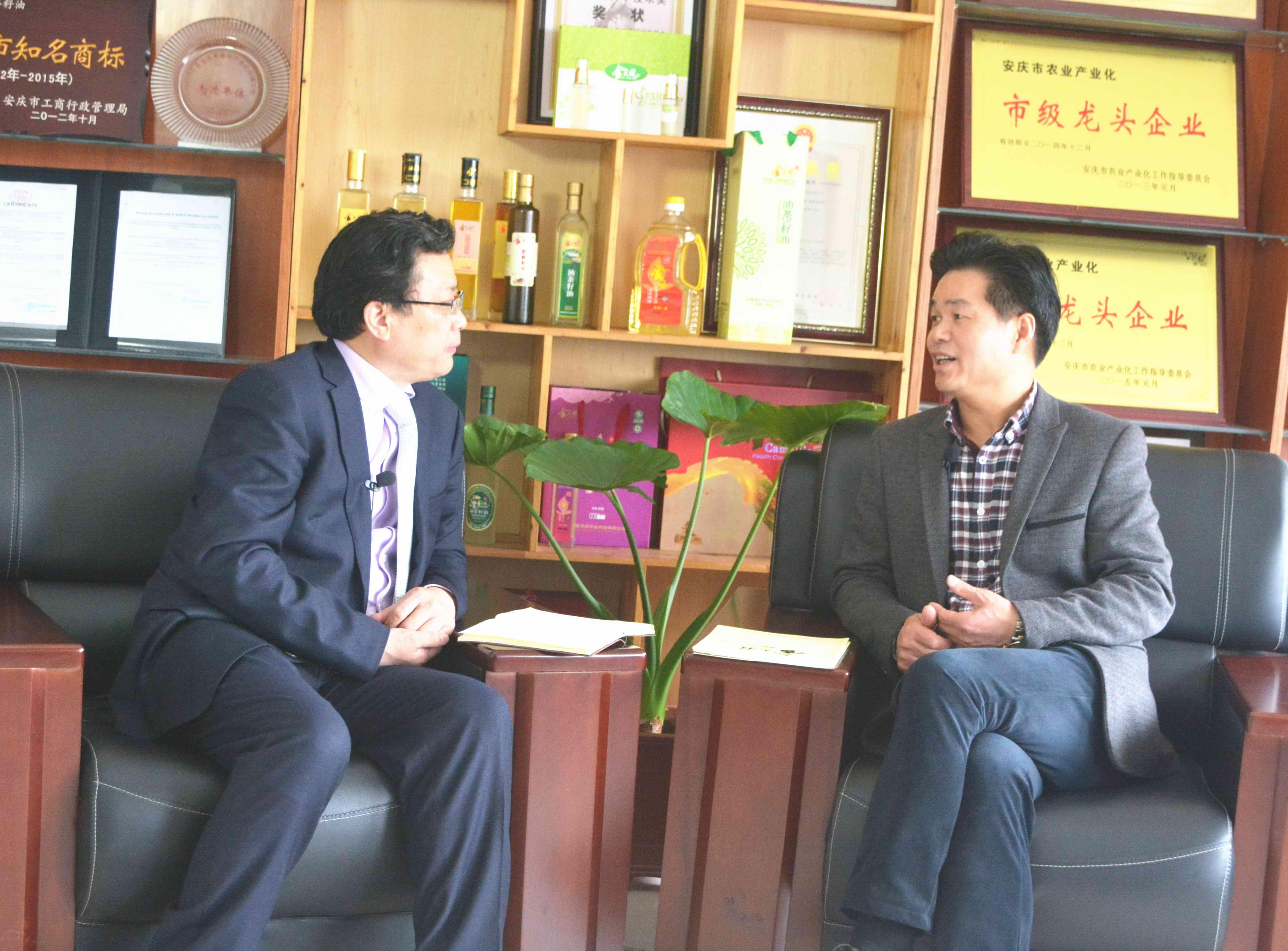 卢毓圣(右_)接受吴礼明博士(左)电视访谈2.jpg